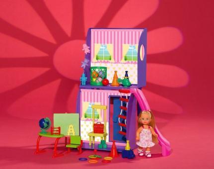 Кукла Kindergarten Еви в детской комнате