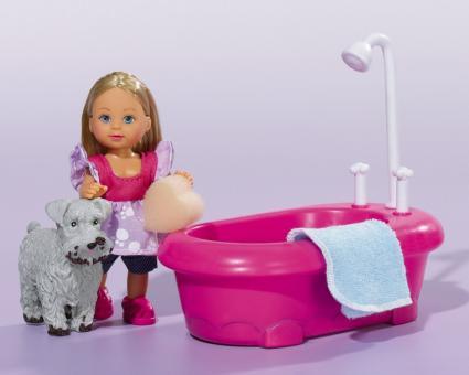 Кукла Еви в ванной комнате с фигуркой собачки